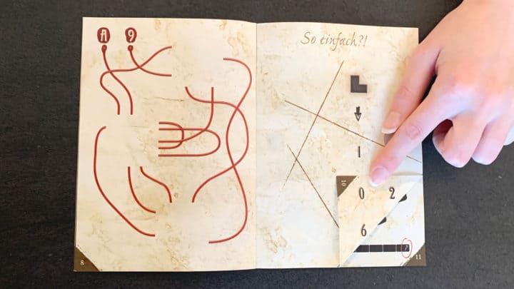 Eine Seite des Buchs wurde gefaltet. Der ursprüngliche Zahlencode wird durch neue Zahlen verändert.