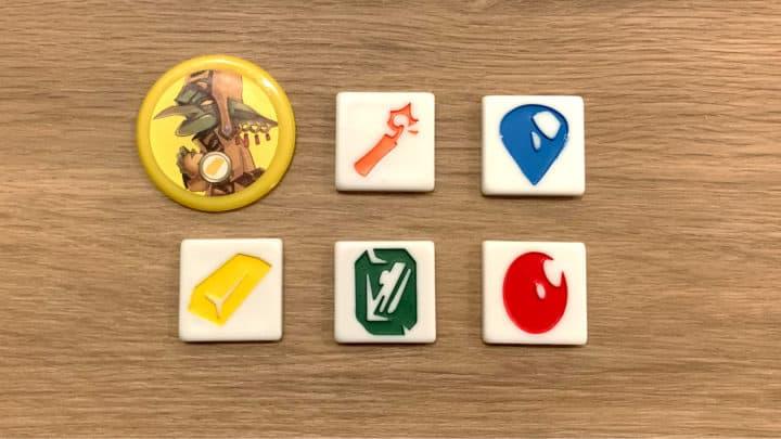 Ein Goblin mit drei Edelsteinen, einem Barren Gold und einer Stange Dynamit.