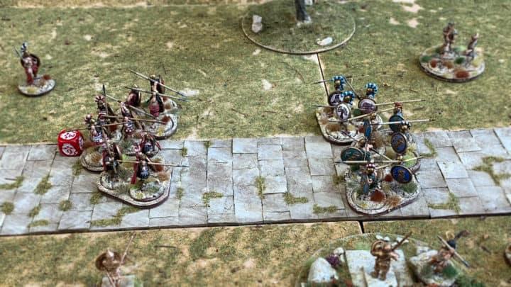 Bild eines Mortal Gods Spielfeldes. Spartaner und Athener treffen in der Phalanx aufeinander.