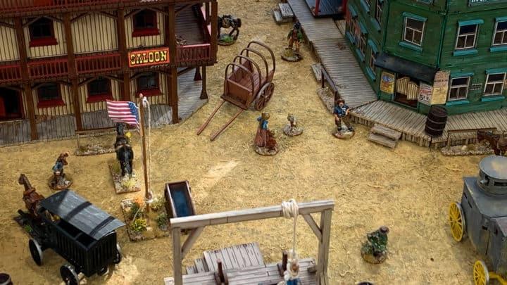 Western-Spielplatte mit Saloon und Cowboys. Typisch amerikanische Westernstadt.