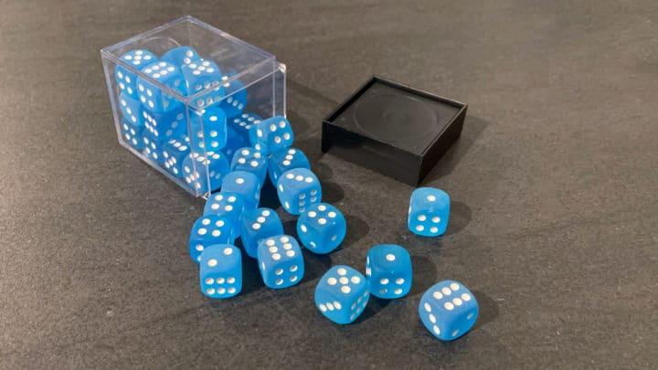 Blaue Würfel (W6) in einer Aufbewahrungsbox.