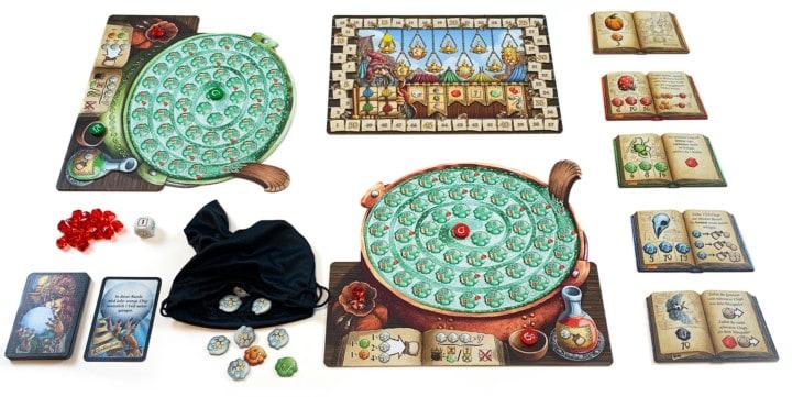 Aufgebautes Spielfelds von Die Quacksalber von Quedlinburg für zwei Spieler. Jeder Spieler hat einen Kessel, die Zutaten im Beutel des roten Spielers sind zu sehen.