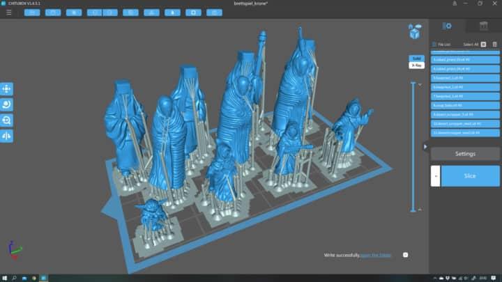Druckdateien von Tabletop-Figuren werden in der Slicing-Software für den 3D-Druck vorbereitet.
