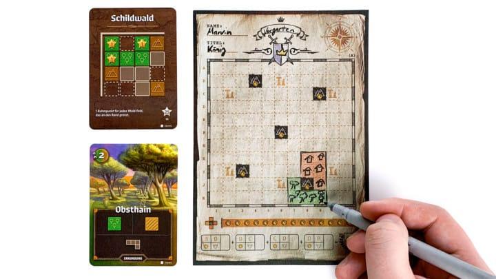 Links im Bild liegen das Dekret Schildwald und die Erkundungskarte Obsthain. Ich zeichne den Obsthain im unteren Bereich meiner Karte ein.