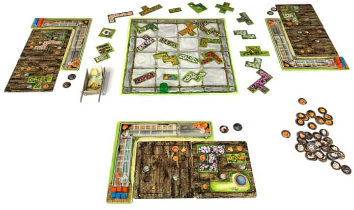 Das Spielfeld von Cottage Garden besteht aus vielen kleinen Elementen. In der Mitte liegen viele Pflanzenplättchen, am Rand die Beete der Spieler. Für unsere Review haben wir es mit zwei, drei und vier Spielern gespielt.