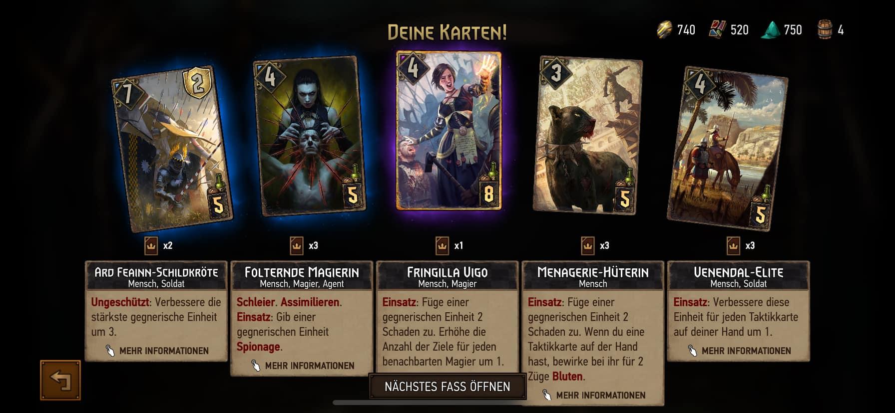 Fünf Spielkarten, die aus einem Fass (Karten-Boosterpack) gezogen wurden.