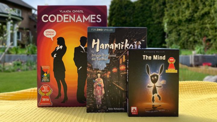 Drei Reisespiele für unterwegs: Codenames, Hanamikoji und The Mind.