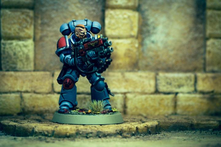 Ein Space Marine (Warhammer 40.000) steht einer Kulisse. Das Ganze nennt man Diorama.